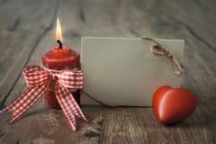 Lege groetkaart met het branden van kaars en rood hart Stock Afbeelding