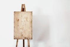 Lege grungeschildersezel in een lichte ruimte Stock Afbeeldingen