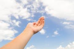 Lege handpalm op de blauwe hemel met wolken Stock Afbeeldingen