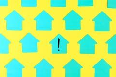 Lege helder gekleurde turkooise stickers in de vorm van een huis op een gele achtergrond In het centrum is een sticker vector illustratie