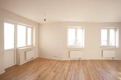 Lege heldere ruimte met venster Stock Fotografie