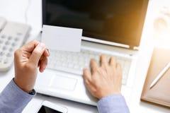 Lege het document van de zakenmangreep kaart op hand royalty-vrije stock afbeeldingen