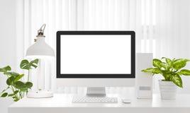 Lege het exemplaarruimte van het computerscherm in modern wit bureaumilieu royalty-vrije stock fotografie