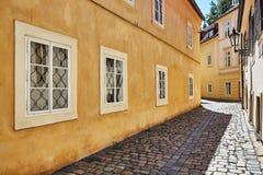 Lege historische strakke straat met steenweg Stock Foto