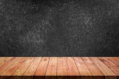 Lege hoogste houten lijst met zwarte concrete muurachtergrond royalty-vrije stock afbeeldingen