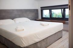 Lege hotelruimte met king-sized bed royalty-vrije stock afbeeldingen