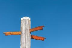 Hout gesneden richtingstekens op een strandpool Stock Fotografie
