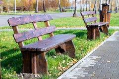 Lege houten bank in het de herfstpark Royalty-vrije Stock Foto's