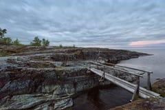Lege houten brug bij humeurige zonsondergang Royalty-vrije Stock Fotografie