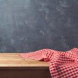 Lege houten deklijst met gecontroleerd tafelkleed over bordachtergrond royalty-vrije stock foto