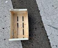 Lege houten doos op de weg stock afbeeldingen