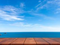 Lege houten lijst aangaande blauwe hemel met zeegezichtachtergrond Royalty-vrije Stock Afbeeldingen