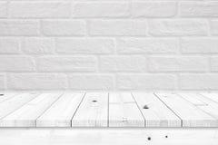 Lege houten lijst met witte bakstenen muurachtergrond royalty-vrije stock foto's