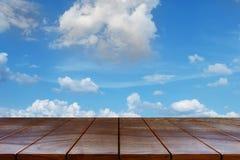 Lege houten lijst ruimteplatform en Wolken en hemelachtergrond Royalty-vrije Stock Fotografie