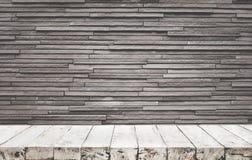 Lege houten lijstbovenkant met bakstenen muur royalty-vrije stock foto's