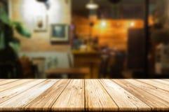 Lege houten lijstbovenkant met de winkel van de onduidelijk beeldkoffie of restaurant inter Stock Afbeelding