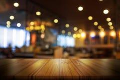 Lege houten lijstbovenkant met de winkel van de onduidelijk beeldkoffie of restaurant inter Stock Afbeeldingen