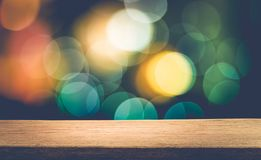 Lege houten lijstbovenkant met onduidelijk beeld abstract licht bokeh van Kerstmis Royalty-vrije Stock Afbeeldingen