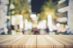 Lege houten lijstbovenkant met vage de cirkelbac van kleuren lichte bokeh Stock Foto