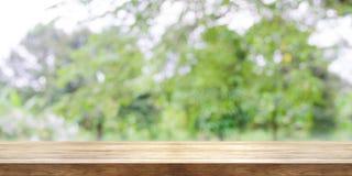 Lege houten lijstbovenkant met vage groene tuinachtergrond pan Stock Afbeeldingen