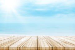 Lege houten lijstbovenkant met vage overzeese en hemelachtergrond Abst Royalty-vrije Stock Fotografie