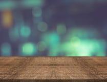 Lege houten lijstbovenkant op vage achtergrond, voor montering uw prik Stock Foto's