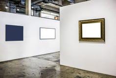 Lege houten omlijsting op een witte Kunstgalerie als achtergrond Stock Foto