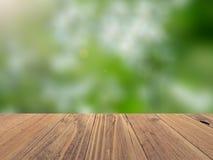 Lege houten oppervlakte met achtergrond vage aardachtergrond, productvertoning stock foto's