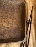 Lege houten plaat en sushieetstokjes op bamboeservet royalty-vrije stock afbeelding