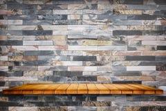 Lege houten plank op steenachtergrond stock afbeelding