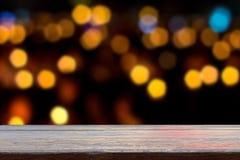 lege houten planken op onduidelijk beeld bokeh achtergrond Stock Foto's