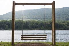 Lege houten schommeling Royalty-vrije Stock Afbeeldingen