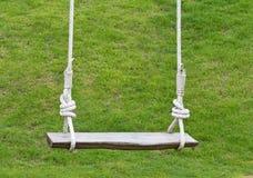 Lege houten schommeling Royalty-vrije Stock Afbeelding