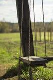 Lege houten schommeling in het platteland Stock Afbeelding