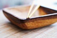 Lege houten schotel en eetstokjes Royalty-vrije Stock Afbeeldingen