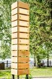 Lege houten voorziet met zeven pijlen van wegwijzers royalty-vrije stock fotografie