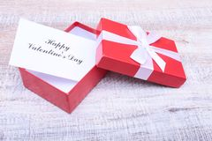 Lege huidige Valentine-kaart op houten achtergrond Royalty-vrije Stock Foto's