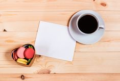Lege kaart, de giftdoos van de hartvorm met makarons en koffiekop Royalty-vrije Stock Foto