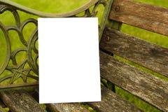 Lege Kaart die op een Rustieke Houten Bank in de Zomer rusten Stock Afbeeldingen