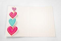 Lege kaart met kleurrijke harten Royalty-vrije Stock Foto's