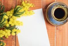 Lege kaart met mimosa en koffie Stock Afbeeldingen