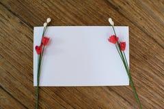 Lege kaart op houten lijstachtergrond De groeten van de valentijnskaartendag Stock Foto's