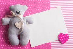 Lege kaart op roze achtergrond met teddybeer Stock Afbeelding
