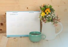 Lege kalender met kop en vaas op hout Royalty-vrije Stock Afbeeldingen
