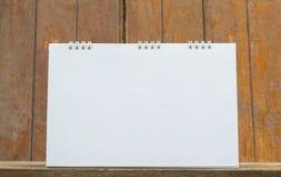 Lege kalender op hout Stock Foto's