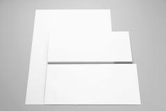 Lege kantoorbehoeften: document en envelop Stock Afbeeldingen