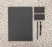 Lege Kantoorbehoeften op marmeren achtergrond Besta uit adreskaartjes, A4 briefhoofden, pen en potlood Royalty-vrije Stock Afbeelding