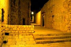 Lege keistraat bij nacht stock afbeeldingen