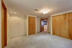 Lege kelderverdiepingsruimte met kast Stock Foto