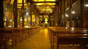 Lege kerkzaal met vele houten zetels, geheimzinnigheid van eenzaamheid, bekentenis stock videobeelden